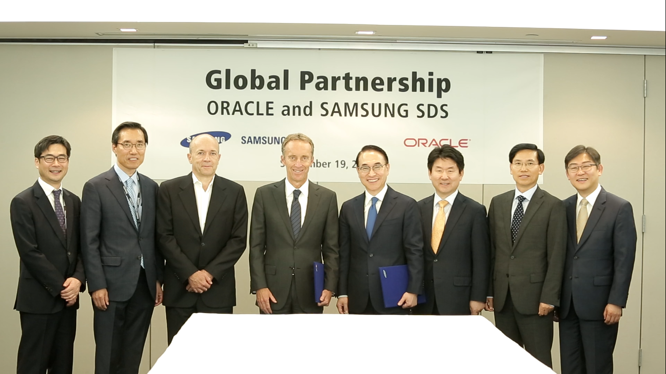 The scene of going into global partnership with Oracle