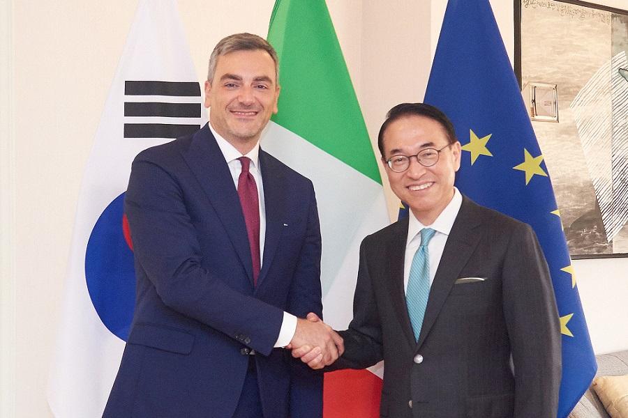 (左起)米兰国际展览中心首席执行官布里齐奥•库尔奇(Fabrizio Curci)、三星SDS代表理事兼社长洪元杓
