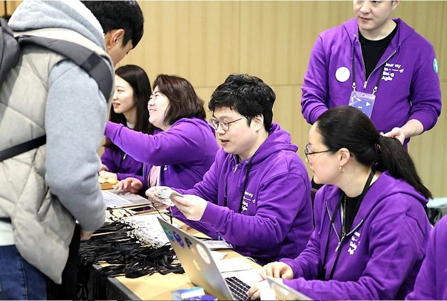 Attendees receiving name tags at the conference registration desk  © copyright 2018 Agile Korea Conference
