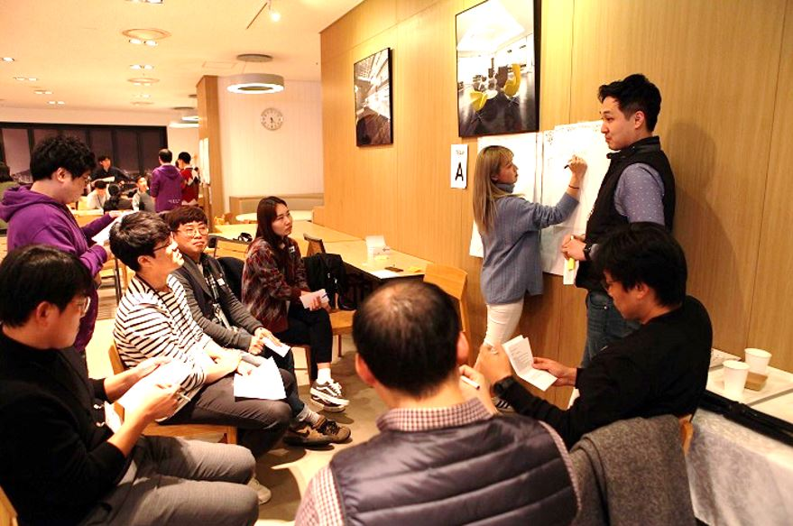 Audience members actively participating in the Graphic Facilitation lecture  © copyright 2018 Agile Korea Conference