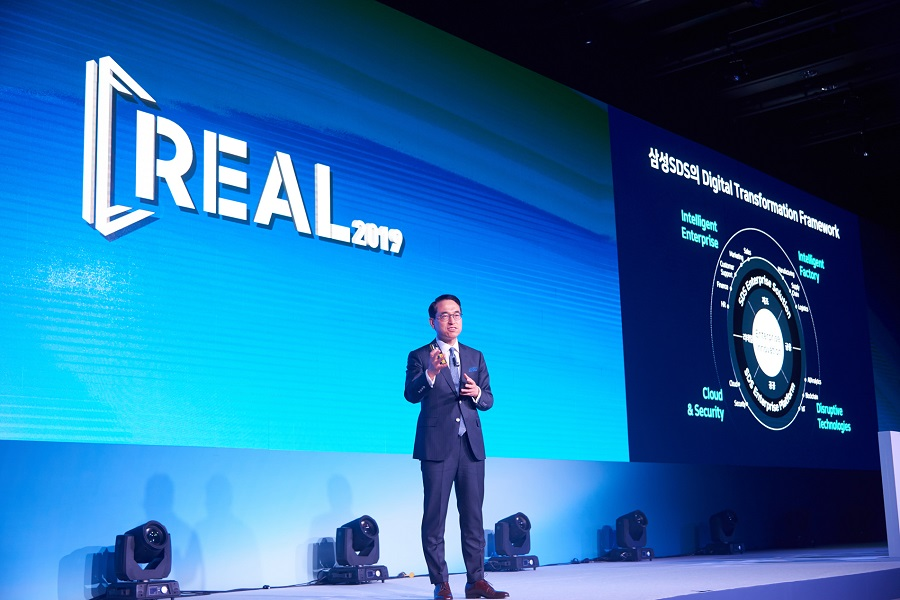 Dr. WP Hong, President & CEO of Samsung SDS, is giving a keynote speech on 'Digital Transformation in the Real World'.