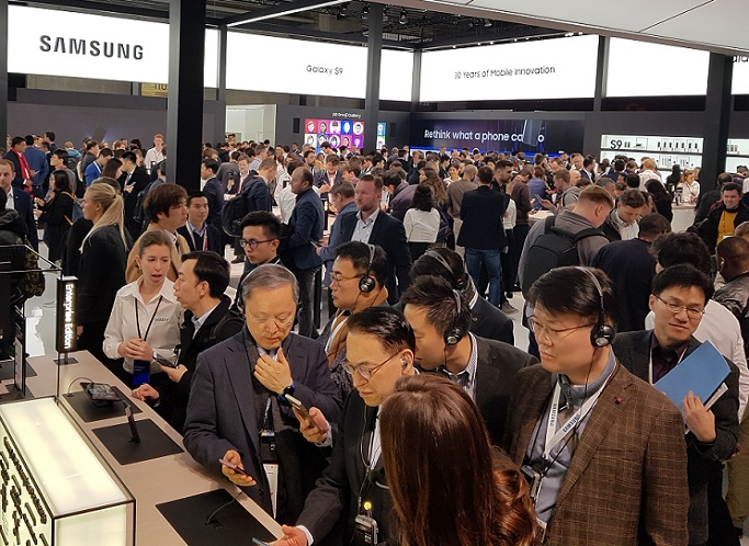 Samsung SDS CEO and other executives are trying out the Samsung Electronics smartphone zone