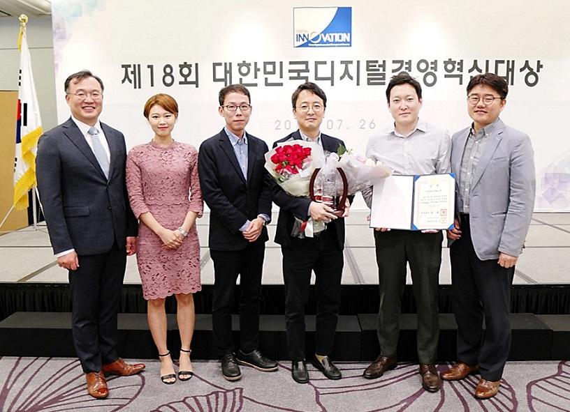 Awarded the Prime Minister Prize for Digital Management Innovation in Korea,(center)   Leader Seungjai Min Master of Data Analytics Center