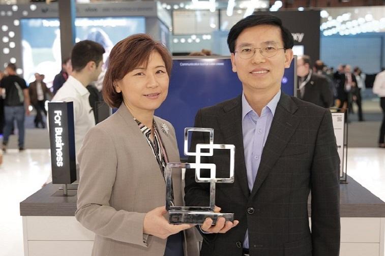삼성SDS, 국내 IT서비스/솔루션 업계 최초 Glomo상 수상, 상패를 들고있는 모습