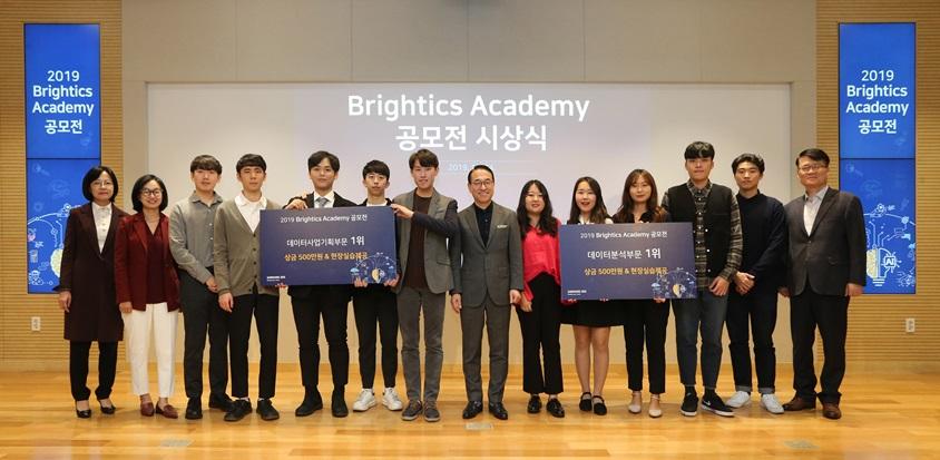 삼성SDS Brigtics Academy 공모전 시상식에서 삼성SDS 홍원표 대표이사 사장(왼쪽 8번째)이 데이터 분석 부문과 데이터 사업기획 부문 각 1등팀 수상자들과 기념 사진촬영을 하고 있다.