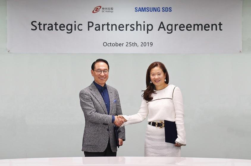 삼성SDS 홍원표 대표이사 사장(왼쪽)과 디지털차이나홀딩스 Maria Kwok COO 사업운영총괄(오른쪽)이 25일 삼성SDS 잠실캠퍼스에서 '삼성SDS-디지털차이나社 IT서비스 사업협력 양해각서'를 체결하고 기념촬영을 하고 있다.