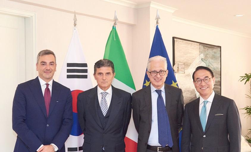 (왼쪽부터) 파브리지오 쿠르치(Fabrizio Curci) 피에라 밀라노 대표이사, 엔리코 파잘리(Enrico Pazzali) 피에라 밀라노 지주사 회장, 페데리코 파일라(Federico Failla) 주한 이탈리아 대사, 홍원표 삼성SDS 대표이사 사장