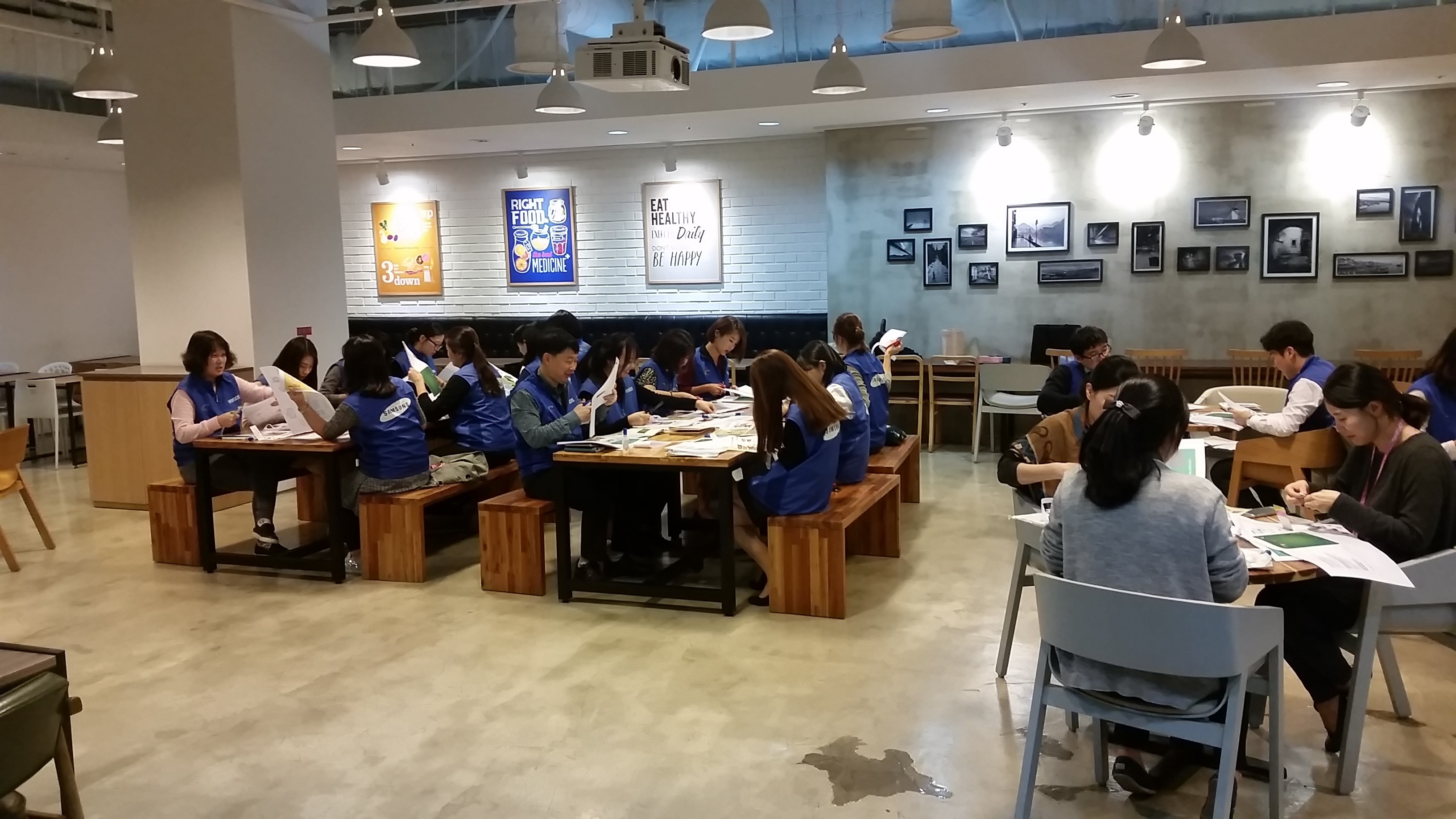 삼성SDS 임직원이 펠트 책을 만들고 있는 모습