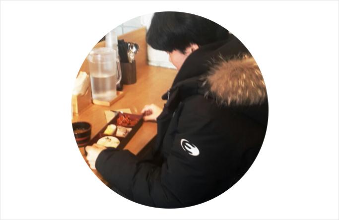 인터뷰에 응해 준 정재환(24,남) 학생. 그는 전과생이라 같이 밥 먹을 사람이 없어 혼밥을 즐긴다고 했다.