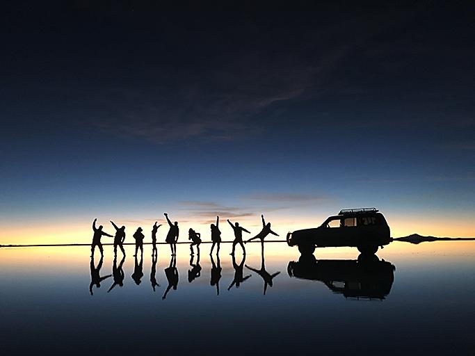 남미 볼리비아에 있는 우유니 소금사막에서의 일몰 (강영미 선임)