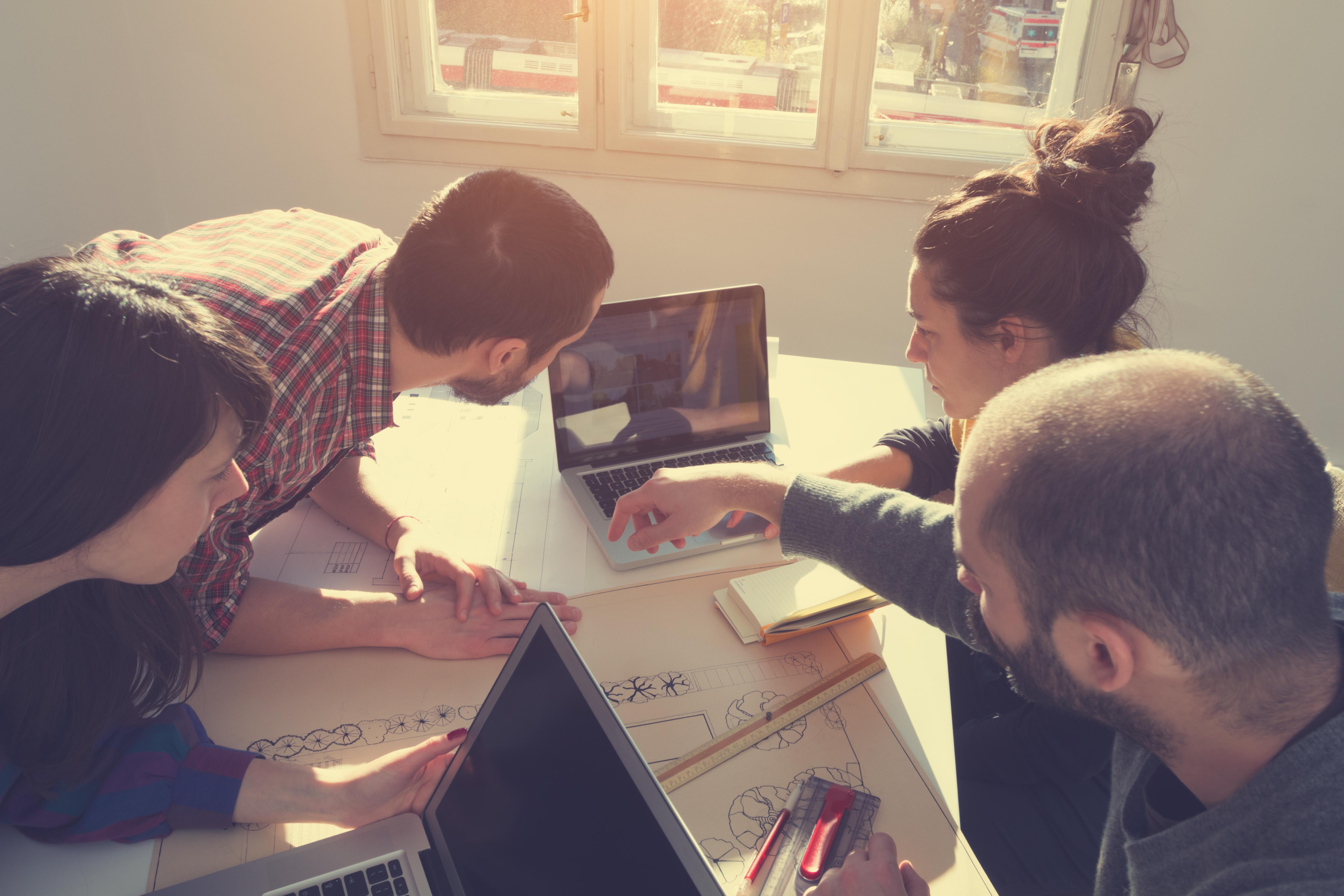 프로젝트를 진행하며 회의하는 모습