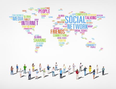 다양한 단어들이 세계지도를 형상화 하고 있고, 그 아래도 다국적 사람들이 다양한 직업군의 의상을 입고 서 있다.