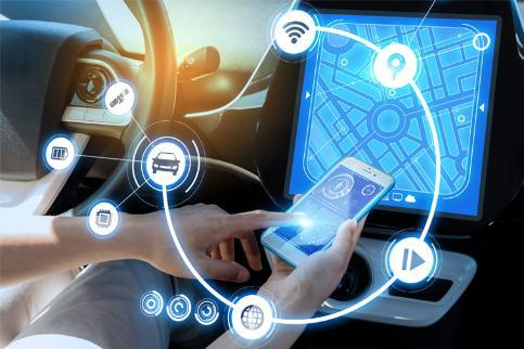 차량 전용 스마트폰 앱을 사용하고 있는 차안