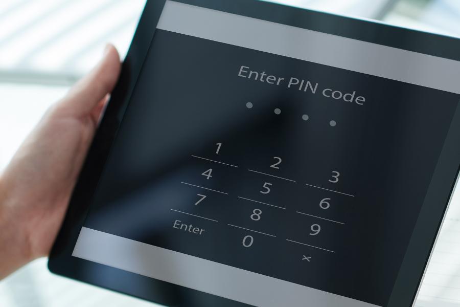 태블릿 보안해제를 위해 PIN 번호를 입력해야하는 이미지