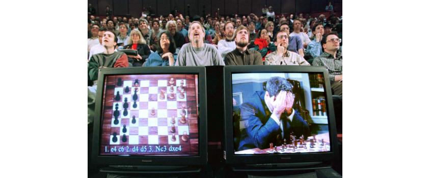 인공지능과 인간의 체스게임을 관람하는 관중들