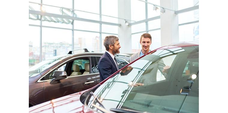 남자 손님이 자동차 구매를 위해 시승 체험을 하고 옆에 직원이 설명하는 모습
