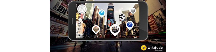 모바일 증강현실 앱을 이용해 주변 상점의 정보를 얻는 모습