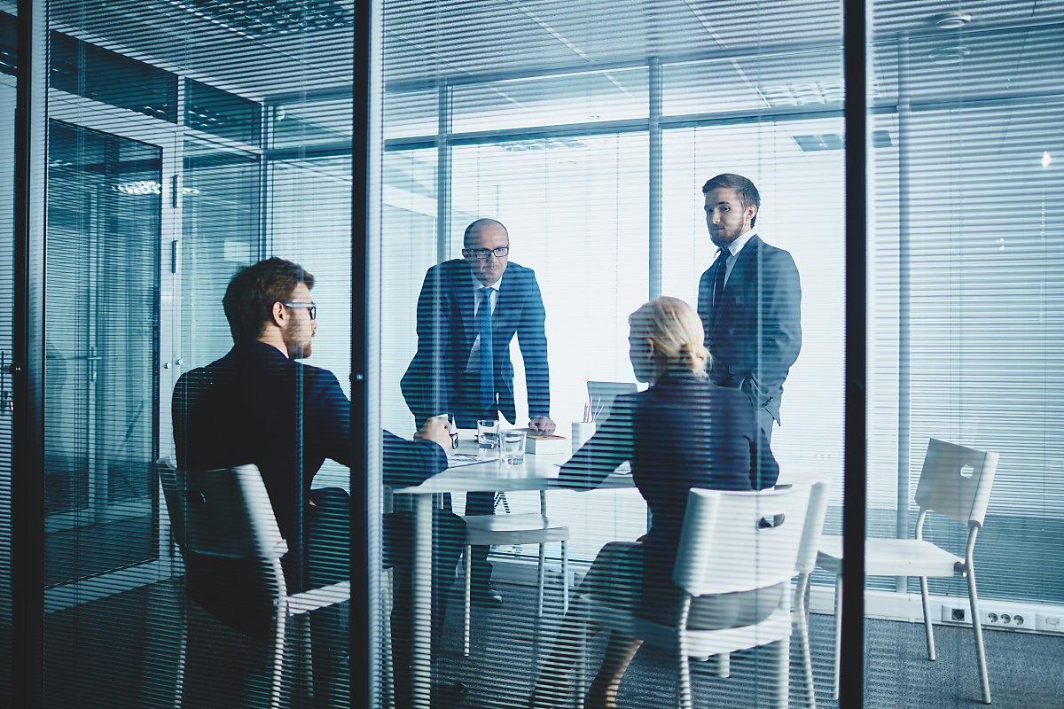 외의실에서 남자직원 3명과 여자직원 1명이 회의를 하고있는 장면
