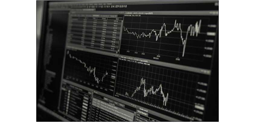 데이터 분석 과정을 보여주는 모니터 화면