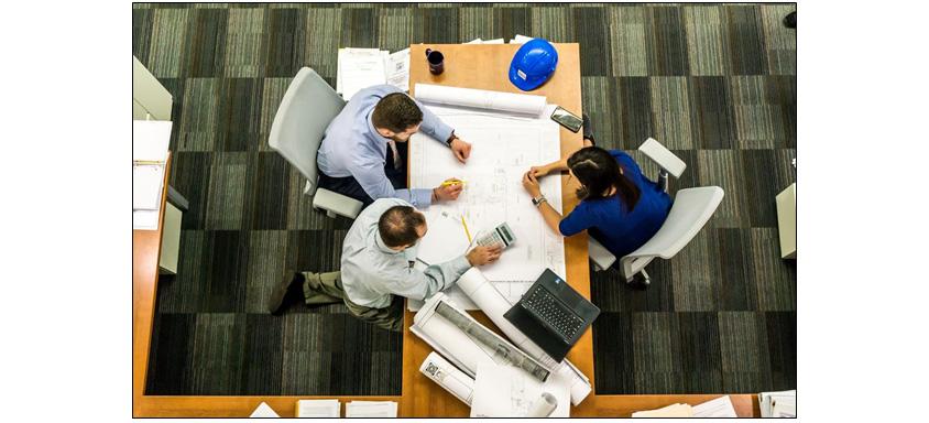 직원들이 회의하는 모습