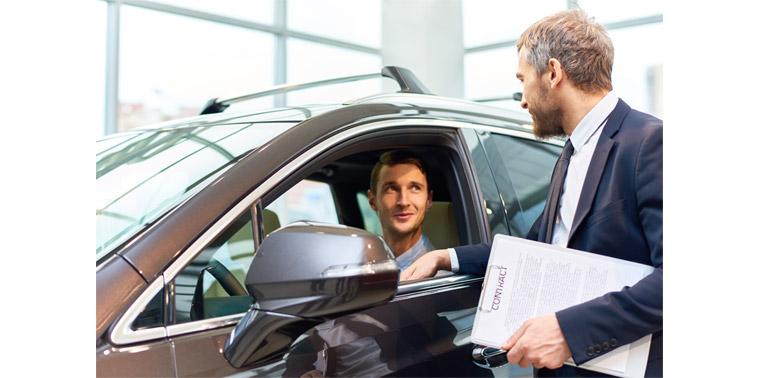 직원이 남자 손님에게 차에 대해 설명하는 모습