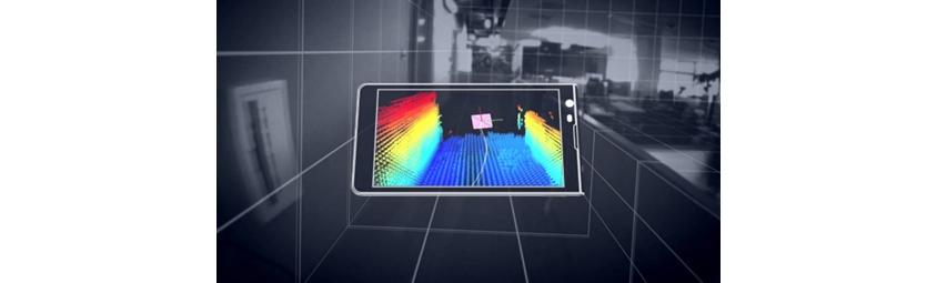 탱고 디바이스를 이용하여 모바일 화면으로 주변 뎁스를 측정하는 모습