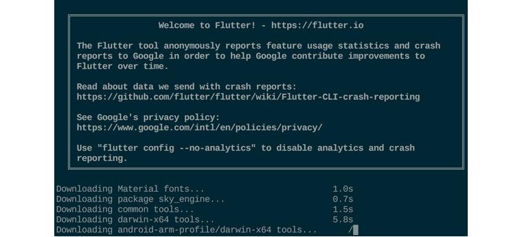 Dart가 자동으로 설치되고, 조금 더 기다리면 다른 개발 디펜던시를 확인한 뒤에 나타나는 콘솔 메시지 화면. Flutter에 온걸 환영한다는 문구와 함께, Material fonts, package sky_engine, common tools, darwin-x64 tools, android-arm-profile/darwin-x64 tools가 다운로딩 되고 있다.