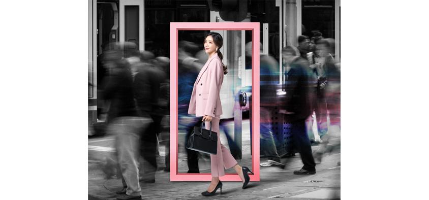 여성이 쇼핑백을 들고 서있는 이미지
