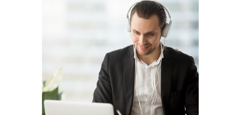 [그림 4] 재택 영업담당자가 노트북으로 영상 대화를 하는 장면