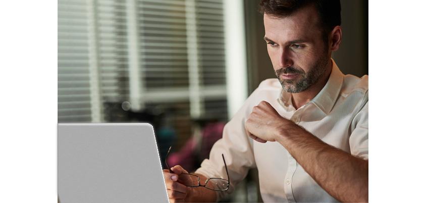 [그림 4] 원격근무하는 남자가 밤늦게까지 일하는 장면, 원격근무자의 22%는 Always On 환경에서 재택근무를 합니다 (Source: Buffer, 2019)