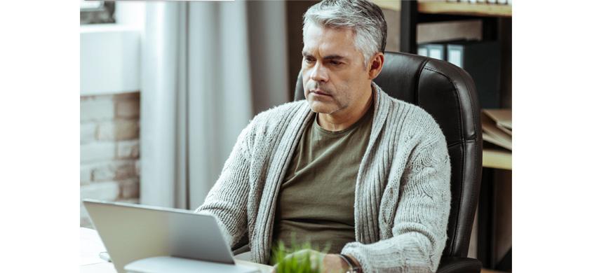 [그림 5] 원격근무하는 남자가 혼자서 외롭게 일하는 장면, 원격근무자의 19%는 재택근무를 하면서 고립감을 느낀다고 합니다 (Source: Buffer, 2019)