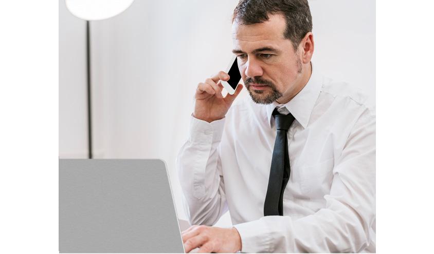 [그림 6] 원격근무하는 남자가 노트북을 보면서 전화하는 장면, 원격근무자의 17%는 소통과 협업에 어려움을 겪고 있습니다 (Source: Buffer, 2019)