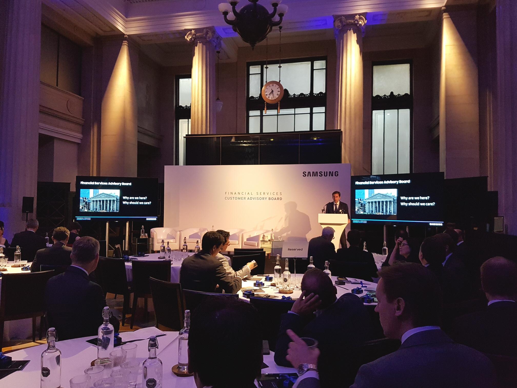 삼성전자와 함께 유럽의 Top 금융기관을 대상으로 솔루션 설명회를 진행하는 모습