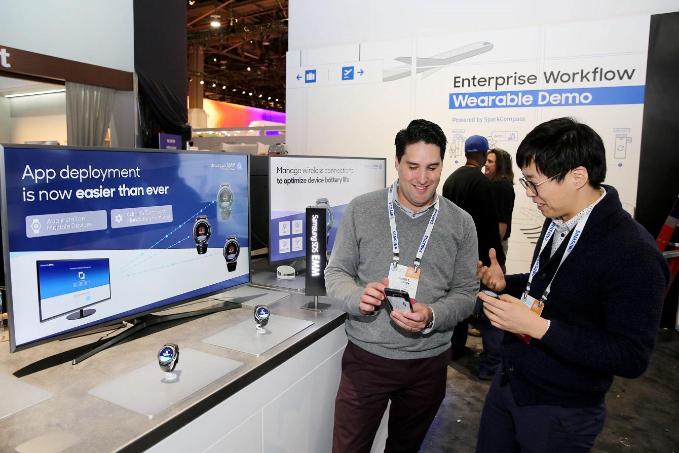 삼성SDS 직원들이 CES 2017 에서 웨어러블기기用 EMM솔루션을 시연하고 있다.