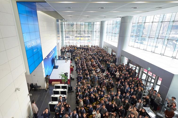(1/31) 오전 10시 잠실 삼성SDS 캠퍼스 로비에서 홍원표 대표이사, 사업부장 등 400여 명의 임직원들이 참석한 가운데 새시대 글로벌 삼성SDS를 향한 비전을 재정립하는 '비전 & 토크(Vision & Talk)' 행사를 하는 모습