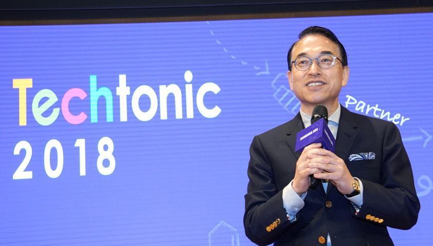 삼성SDS가 15일 잠실캠퍼스에서 개최한 제1회 개발자 콘퍼런스 'Techtonic 2018'행사에서 삼성SDS 대표이사 홍원표 사장이 인사말을 하고 있다.