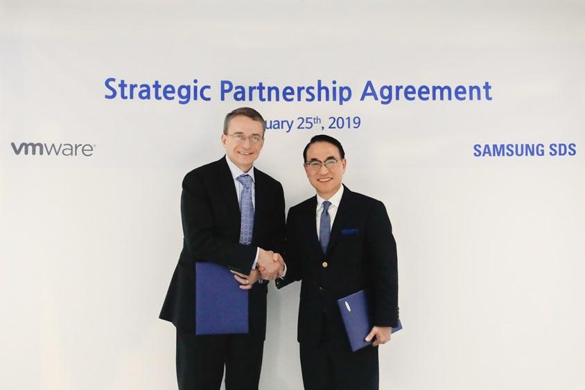 삼성SDS 홍원표 대표이사(사진 오른쪽)와 VMware社 팻 겔싱어(Pat Gelsinger) CEO(사진 왼쪽)가 25일 스페인 바르셀로나에서 디지털 업무환경 혁신 사업 공동 추진을 위한 협약을 체결했다.