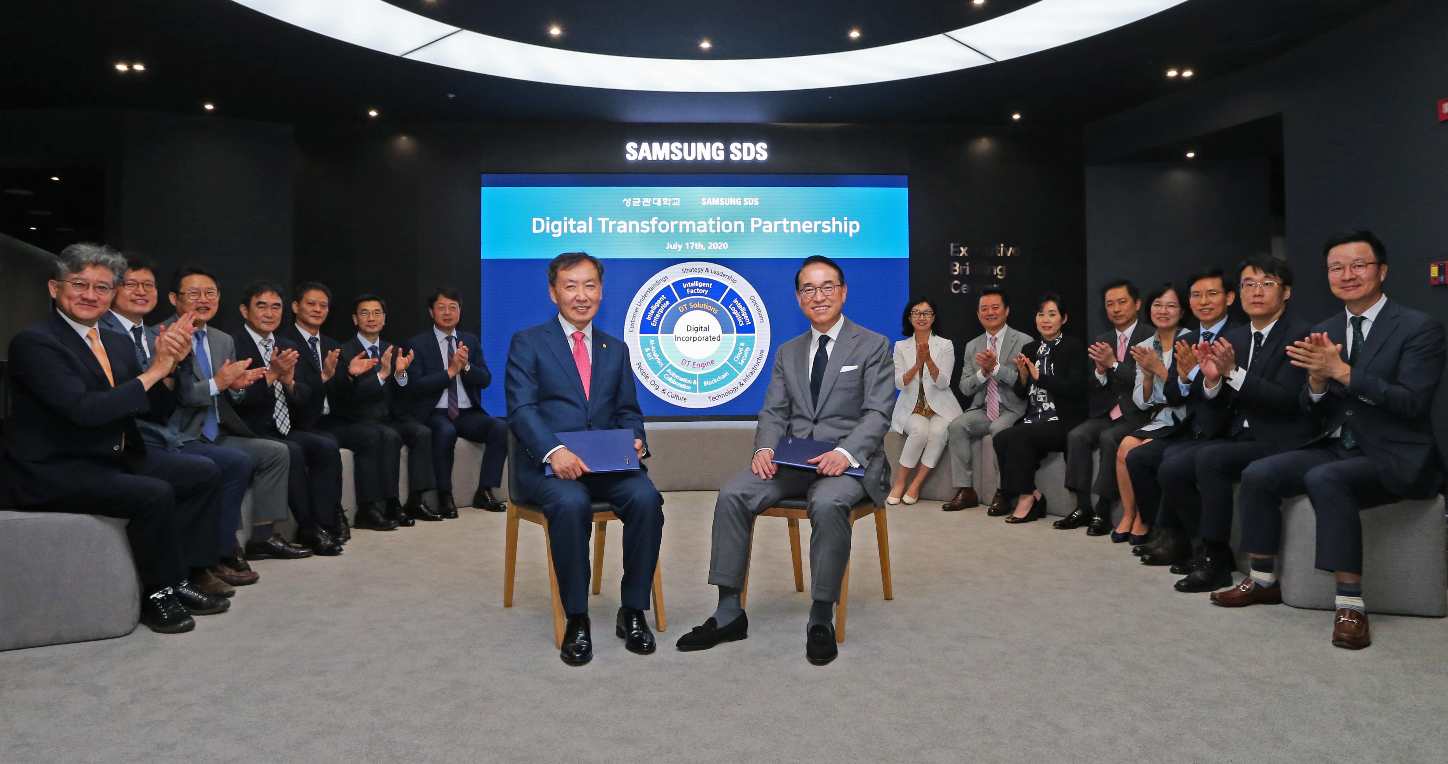 삼성SDS 홍원표 대표(우측)와 성균관대학교 신동렬 총장이 삼성SDS 잠실캠퍼스에서 디지털트랜스포메이션 추진을 위한 산학협약을 체결했다.