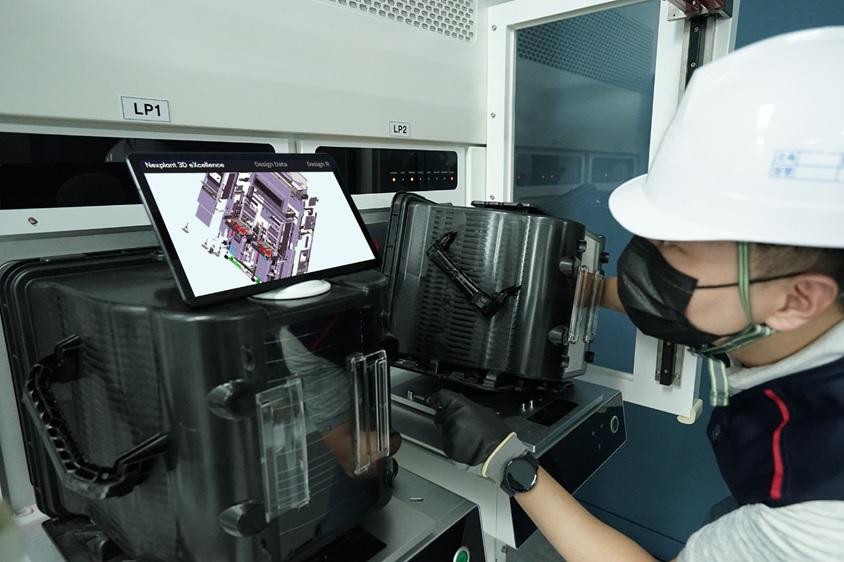 설비 현장에서 작업자가  삼성SDS Nexplant 3D eXcellence를 사용하는 모습