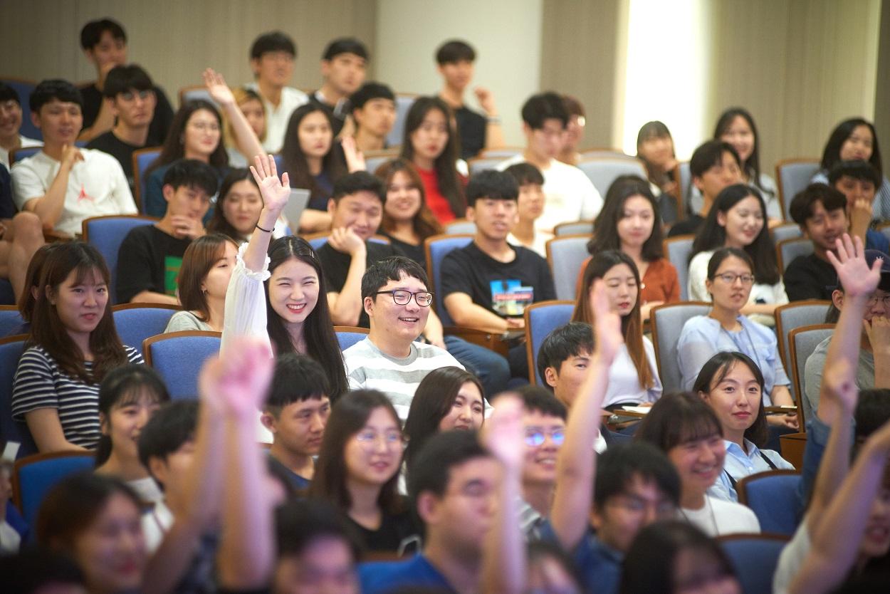 질의응답에 참여하는 학생들 모습