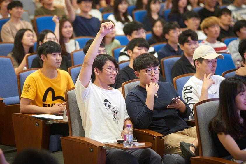 적극적으로 질문하는 학생들 모습