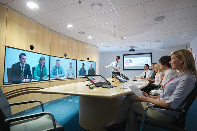 Discussão de questões empresariais em tempo real por meio do Brity Meeting sem precisar fazer viagens de negócios